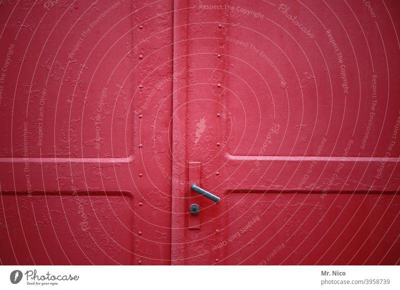 eine geschlossene rote Tür Eingang Haus Eingangstür alt Griff Sicherheit Türgriff Klinke türklinke Hebel Türschloss Schlüsselloch Metalltür Strukturen & Formen