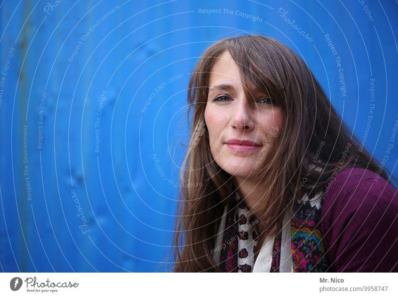 Portrait vor blauem Hintergrund feminin Gesicht Porträt Frau Blick Haare & Frisuren Oberkörper Lächeln natürlich Sympathie Zufriedenheit Ausstrahlung Stimmung