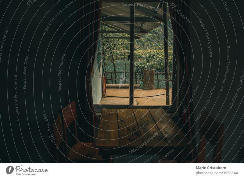 Fenster in der dunklen Kabine, die das Konzept von Depression, Einsamkeit, psychischer Gesundheit und Isolation während der Covid-19-Quarantäne zeigt