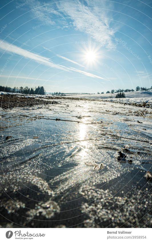Frostiges Winterwetter bei strahlendem Sonnenschein Eis blau kontrat heiß kalt