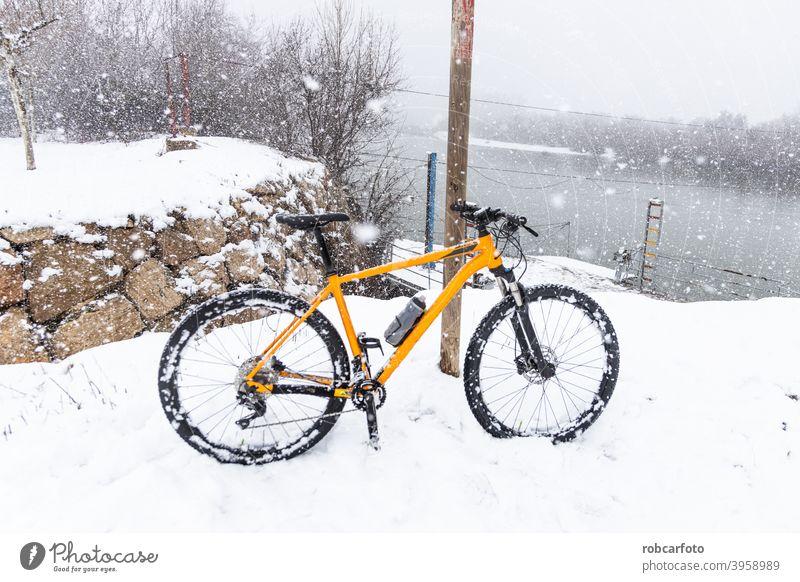 orange Mountainbike in verschneiter Landschaft Sport Schnee im Freien Natur Berge u. Gebirge Fahrrad Gras Herbst laufen Baum Reiter Spaziergang reisen