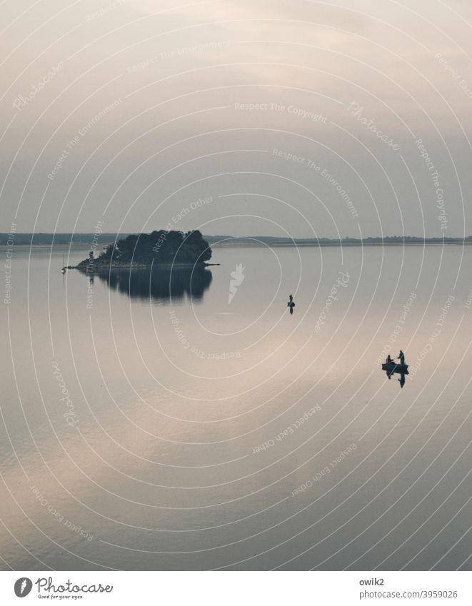Frei schwebend Stausee Insel Himmel Abend Windstille Freizeit & Hobby Wasserfahrzeug Ferne Freiheit Wasseroberfläche glänzend Totale Natur Landschaft