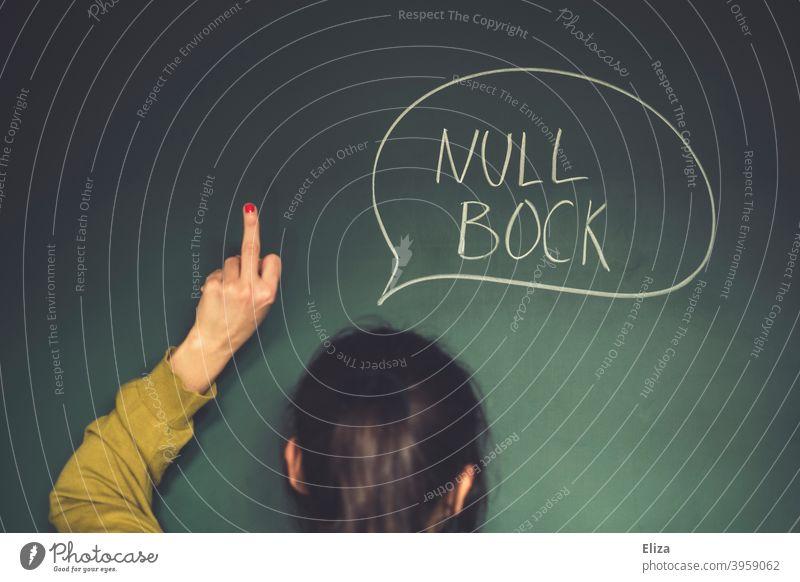 Null Bock Einstellung. Eine unmotivierte Frau drückt Unlust aus und zeigt den Mittelfinger. Mädchen Schule Sprechblase Pubertät Trotz motivationslos keinen Bock