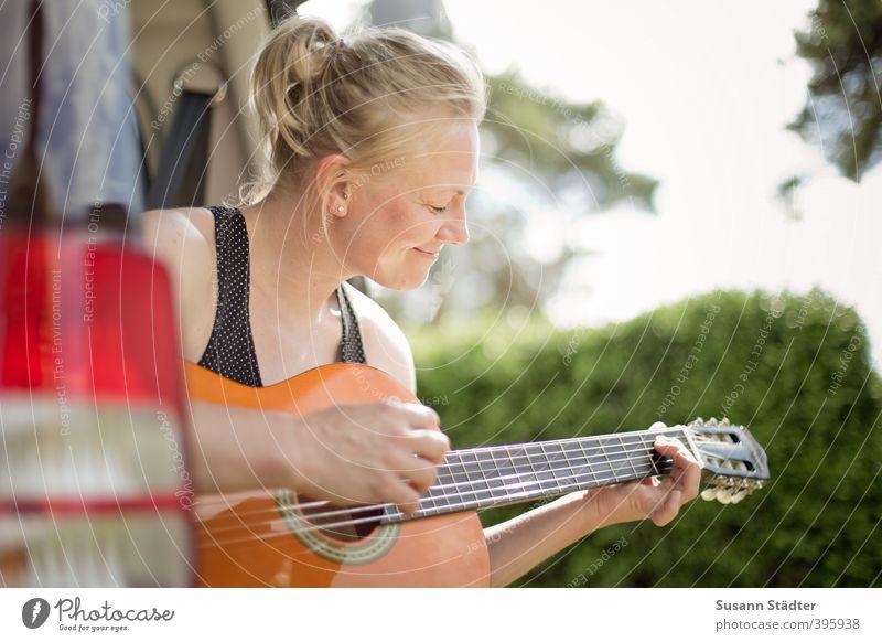 Campingplatzromantik Mensch Jugendliche Junge Frau ruhig 18-30 Jahre Gesicht Erwachsene feminin Bewegung Glück träumen PKW Körper blond authentisch Lächeln