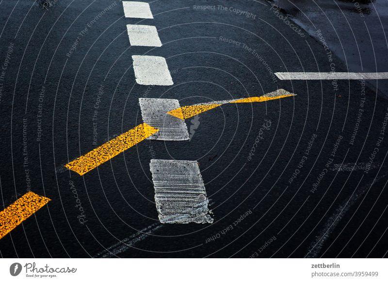 Fahrbahnmarkierungen abbiegen asphalt ecke fahrbahnmarkierung fahrradweg hinweis kante kurve linie links navi navigation orientierung pfeil radfahrer rechts