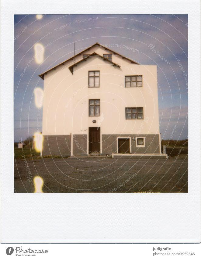 Isländisches Haus auf Polaroid Island Holz Tür Fenster Eingang Natur Menschenleer Gebäude Wohnhaus Einfamilienhaus wohnen Häusliches Leben Architektur Fassade