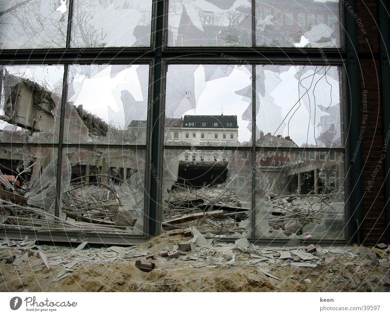 Zerstörung Demontage brutal Bauschutt Scherbe Aussicht Fenster Architektur Hamburg Abbriss Fragmente