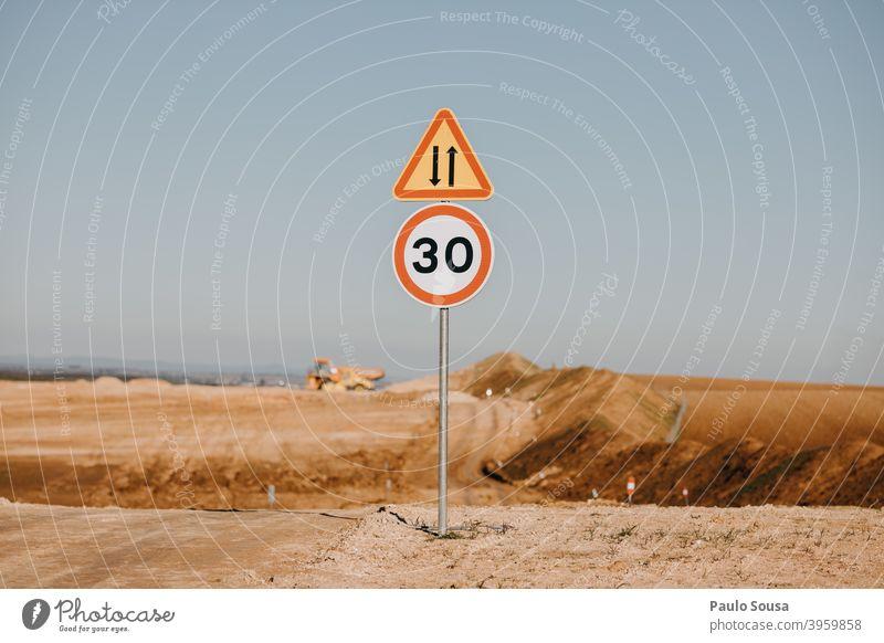 Geschwindigkeitsbegrenzungsschild in der Baustelle Geschwindigkeitsüberwachung Konstruktion Zeichen Verkehr Verkehrswege Straße Verkehrsschild Außenaufnahme