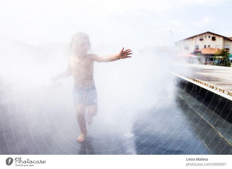 Sommer glücklich Kind läuft über das Wasser sommerlich Wiese natürlich Glück Junge laufen rennen lustig genießen Freude heiter springen Hossegor Beachtown