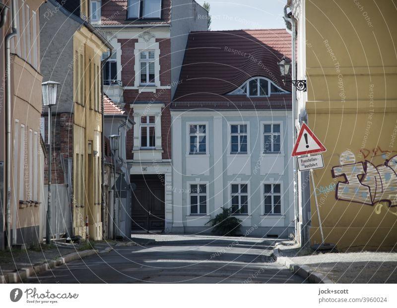 abgestorben wie ausgestorbene Straßen Häuserzeile Stadthaus Architektur Stadtzentrum Brandenburg an der Havel Fassade Verkehrsschild Vorsicht Straßenbeleuchtung