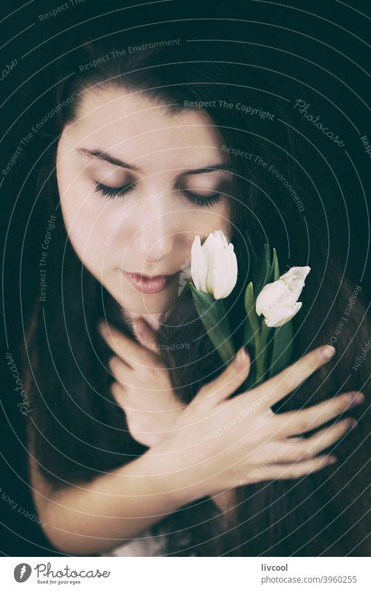 Schönheit Mädchen und Tulpen Model jung Blume gelbe Tulpen Teenager begrenzt Verlockung lieblich zu Hause hübsch echte Menschen traurige Haltung heimwärts