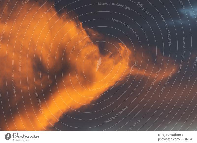 Goldene Stunde mit Feuerwolken. Schöner Sonnenuntergang mit Bäumen. Goldene Stunde in der Zeit des Sonnenuntergangs. Feuerwolken Vorrichtung Atmosphäre hell