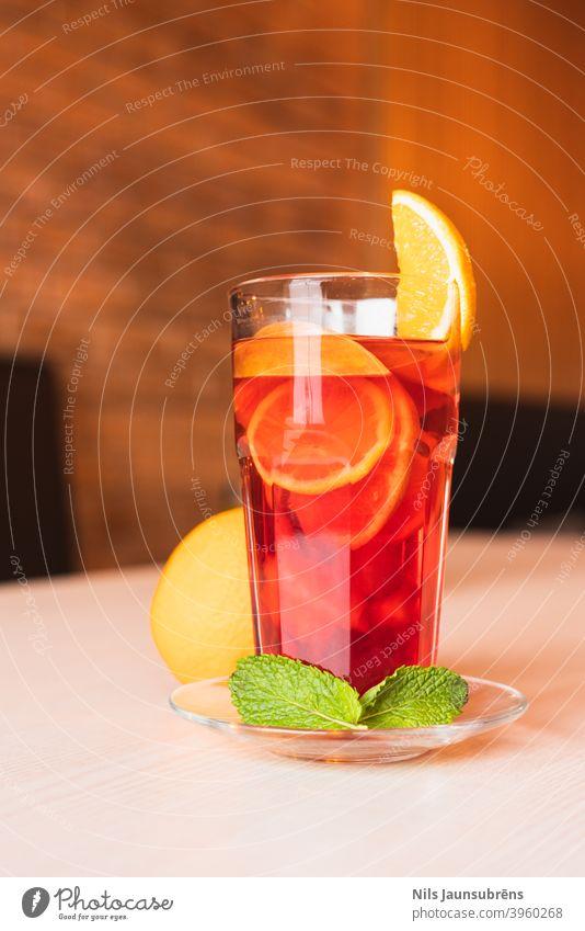 Gemütlicher Wintertee im Restaurant. gemütlich orange Pfefferminz Tee Innenbereich Servieren Kaffee hölzern Stil Tasse heiß Licht niemand Morgen Haus Stimmung
