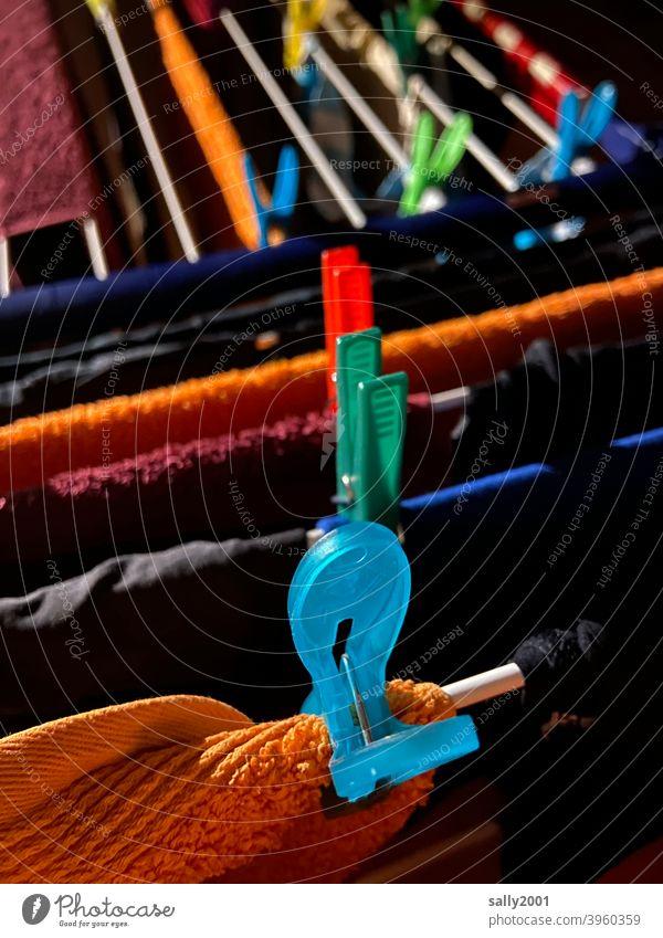 Waschtag... Wäscheklammer waschen trocknen aufhängen Wäscheständer Handtuch bunt Plastik Wäsche waschen Wäscheleine Haushalt Sauberkeit Häusliches Leben