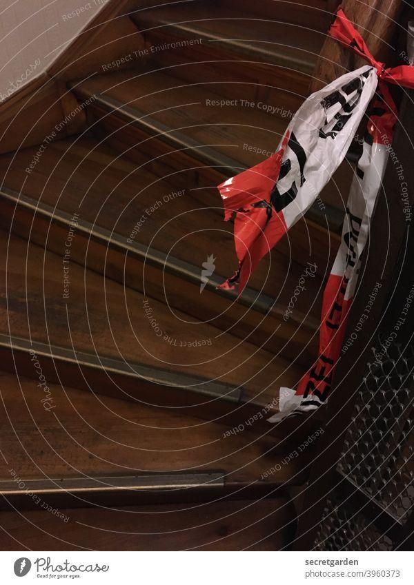 Tatort im Altbau. Treppe Holz Treppenhaus flatterband flatterig flattern Band aufwärts innenraum Treppengeländer Geländer Menschenleer aufsteigen Treppenabsatz