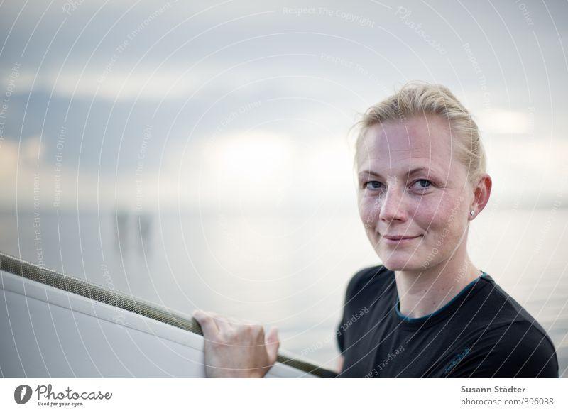 Surfing. Mensch Frau Jugendliche Ferien & Urlaub & Reisen Sonne Meer Strand Erwachsene 18-30 Jahre Sport feminin Küste Kopf Freizeit & Hobby Wellen blond