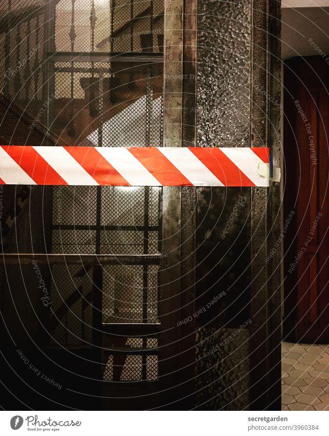Und wieder funktioniert der Aufzug im Altbau nicht.... flatterband Polizei Absperrung Tatort Tür historisch holz verboten Verbote Treppenhaus Treppenstufen