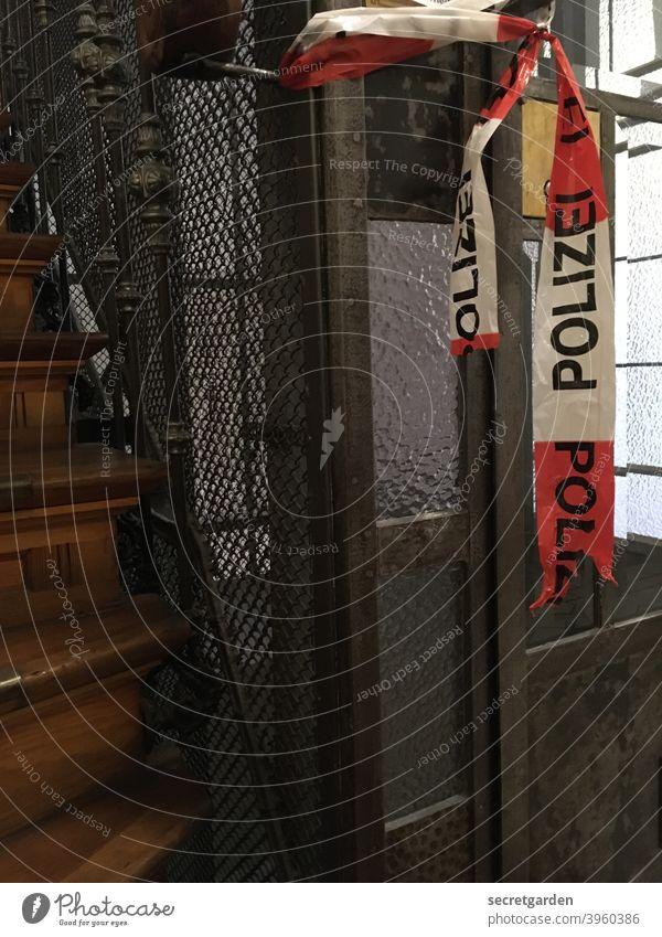 hin- und her gerissen. flatterband Polizei Absperrung Tatort Tür Aufzug historisch holz zerrissen verboten Verbote Treppenhaus Treppenstufen Treppenansatz