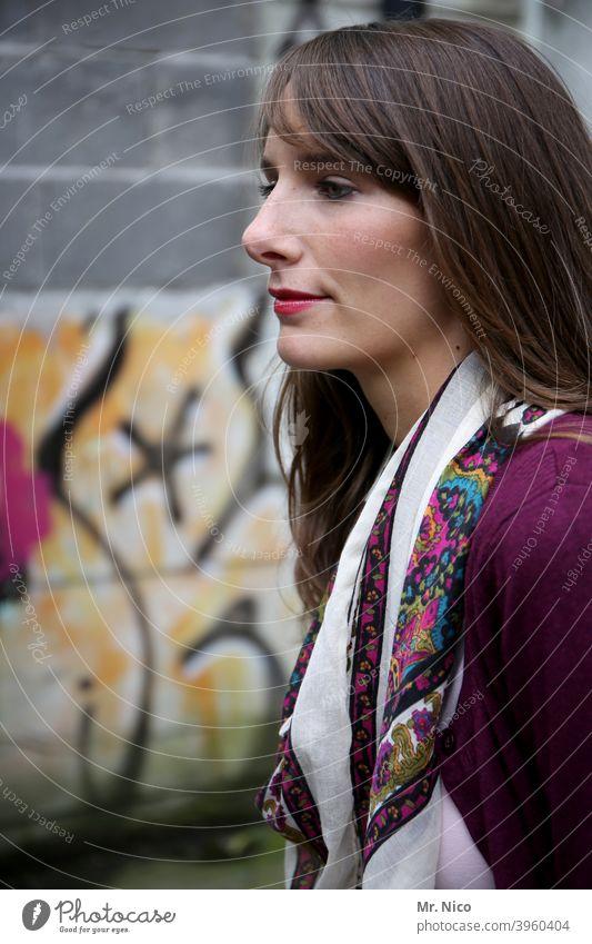 woman langhaarig brünett Frau schön feminin Porträt Lifestyle selbstbewußt natürlich Sympathie Mode authentisch gutaussehend Ausstrahlung intensiv nachdenklich