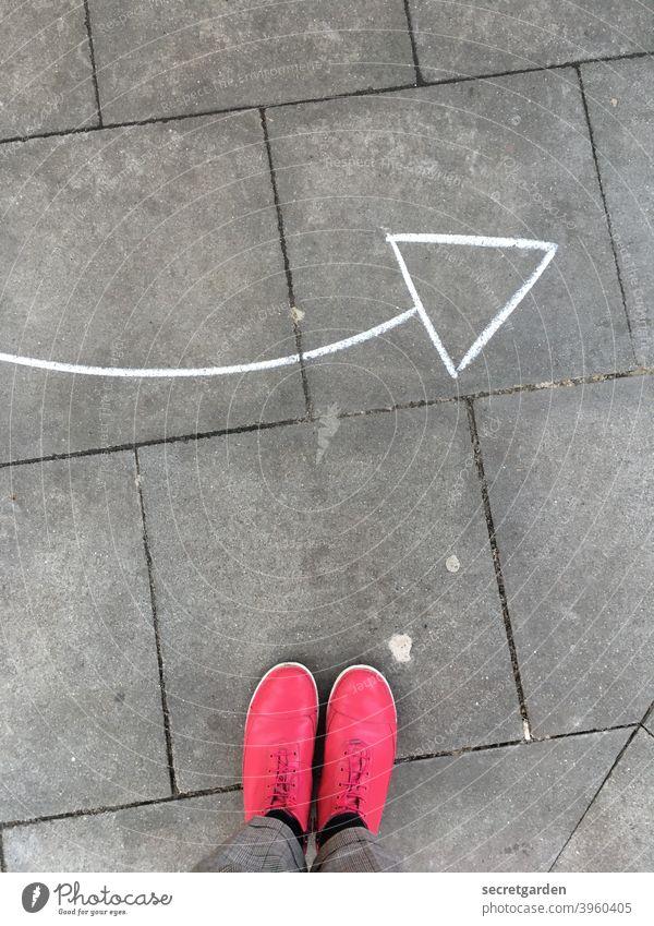 von oben nach rechts pink Schuhe Mode Pfeil Richtung Richtungswechsel Richtungspfeil richtungsweisend Orientierung Wegweiser Hinweis Zeichen