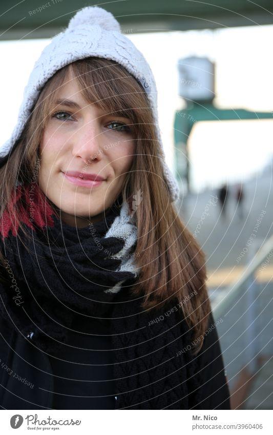 Lächeln trotz kälte Accessoire Porträt feminin Mütze Bekleidung natürlich Haare & Frisuren Kälte Winter Lifestyle Blick in die Kamera langhaarig Gesicht Lippen