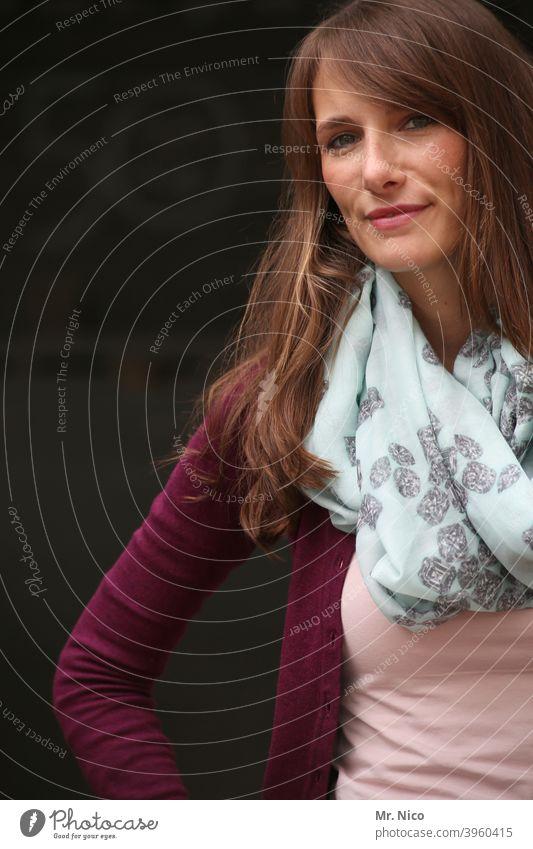 woman langhaarig brünett schön Frau feminin Porträt Lifestyle selbstbewußt natürlich Sympathie Mode authentisch Haare & Frisuren Accessoire gutaussehend
