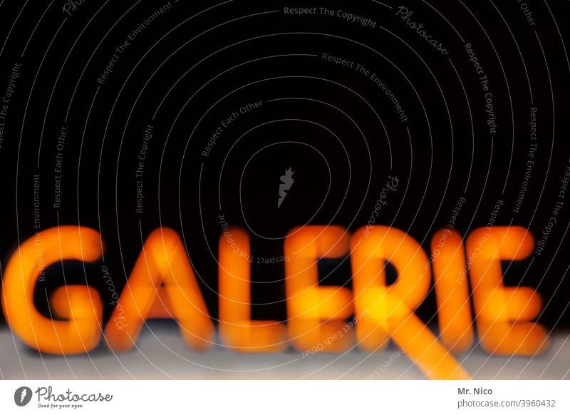 Galerie Schriftzeichen Kunstgalerie Design Stil schwarz Typographie Leuchtreklame Schilder & Markierungen Buchstaben Kultur Museum Neonlicht Theater Nacht