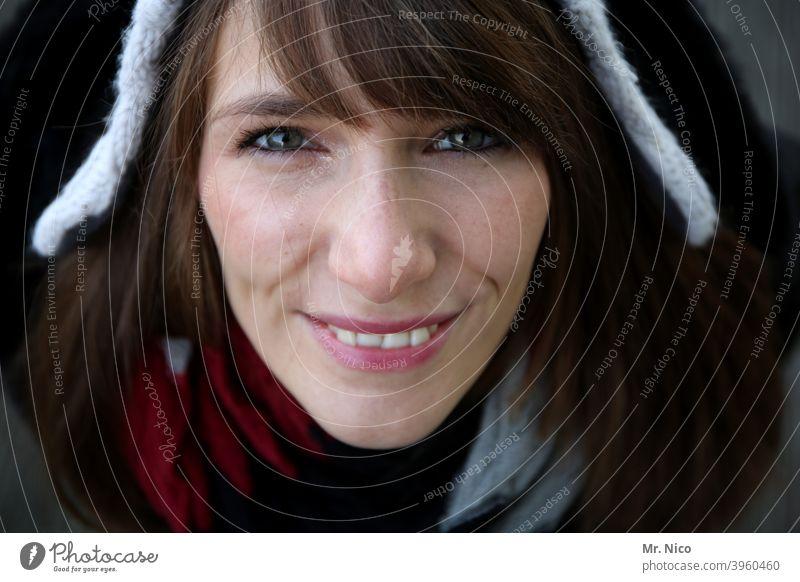 Die Nase in den Wind halten feminin Stil Lifestyle Mode Bekleidung langhaarig brünett Mütze Gesicht Blick in die Kamera Porträt Vogelperspektive natürlich