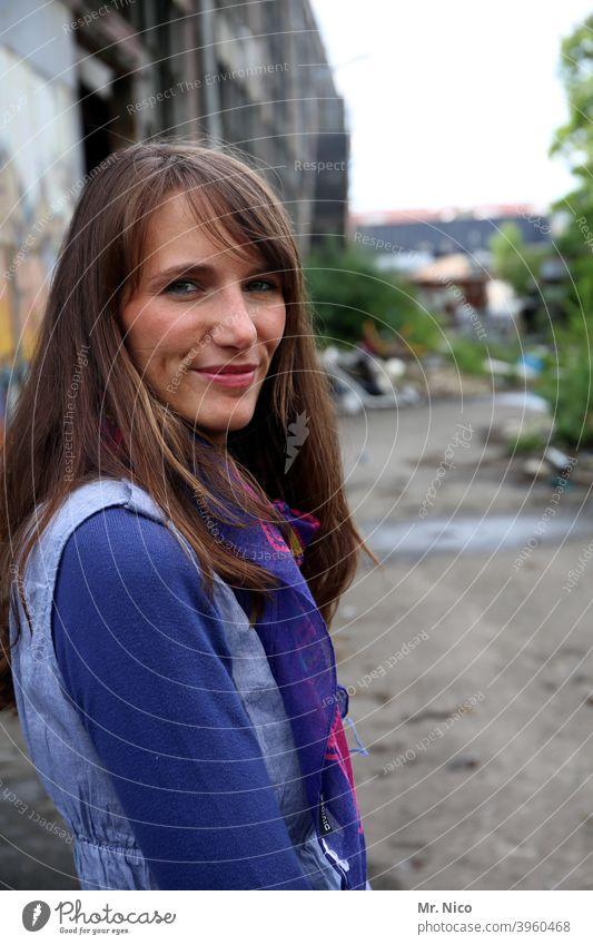 woman langhaarig brünett Frau feminin schön natürlich Sympathie Mode authentisch selbstbewußt Haare & Frisuren Lifestyle Porträt Blick nachdenklich gutaussehend