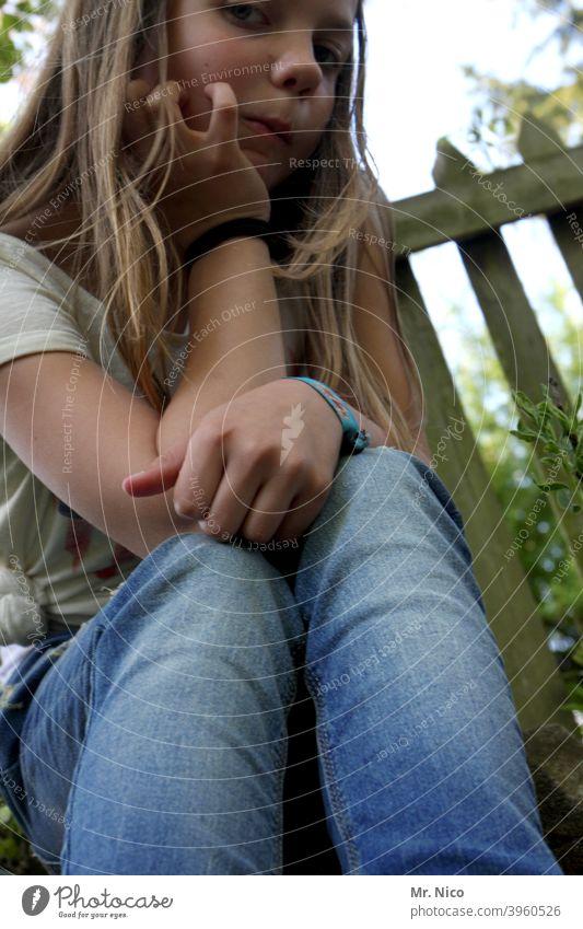 Mädchen , leicht gelangweilt langhaarig natürlich Schüchternheit nachdenklich beobachten verträumt einzigartig Garten Gartenzaun Froschperspektive Porträt