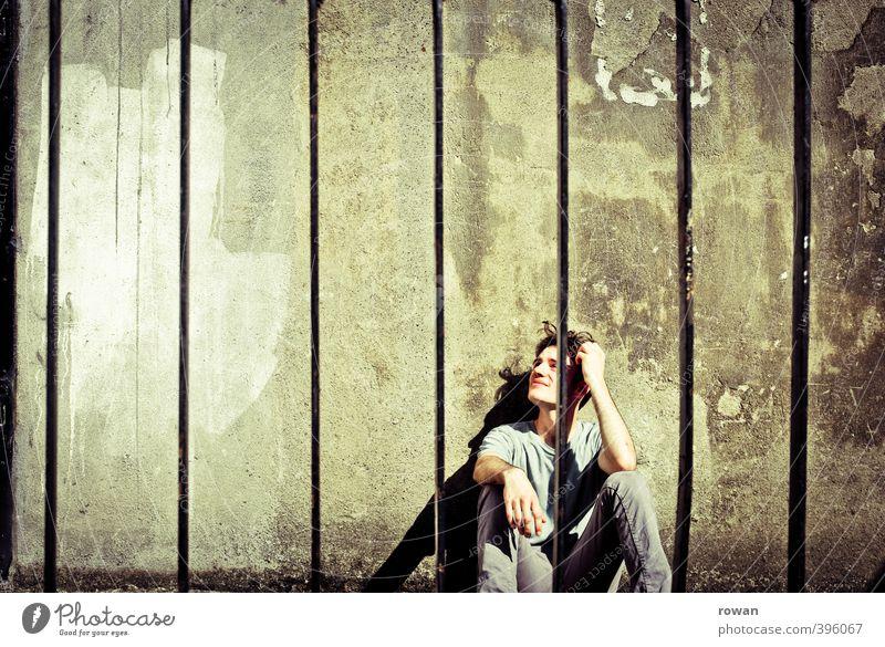 hinter gitter 2 Mensch Mann Jugendliche alt Einsamkeit Erwachsene Junger Mann Traurigkeit Angst maskulin dreckig sitzen kaputt Schmerz Zoo schäbig