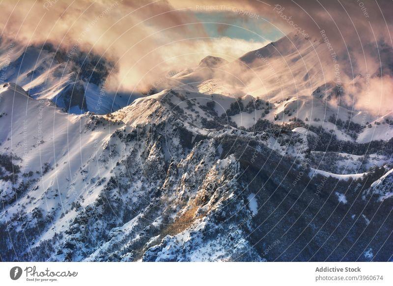 Erstaunliche Aussicht auf verschneite Berge im Winter Berge u. Gebirge Landschaft Schnee Sonnenlicht Ambitus Hochland Sonnenuntergang Winterzeit malerisch