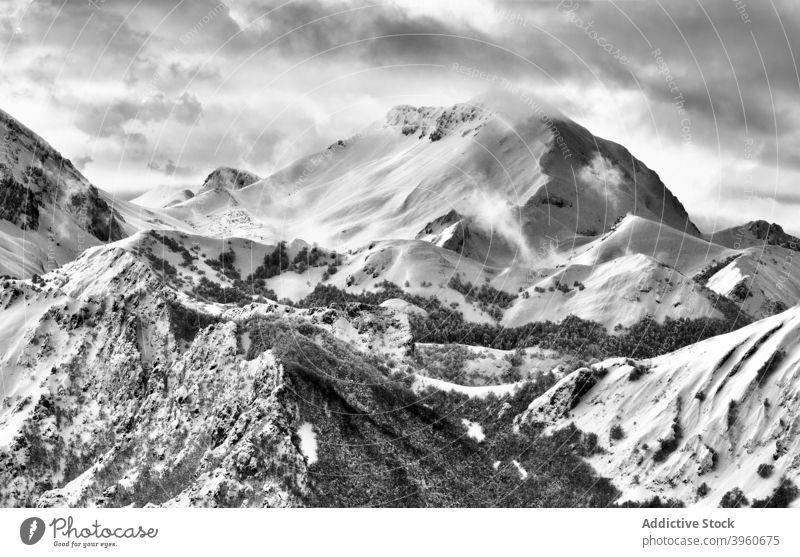 Erstaunliche Aussicht auf verschneite Berge im Winter Berge u. Gebirge Landschaft Schnee Ambitus Hochland Winterzeit malerisch spektakulär Frost kalt