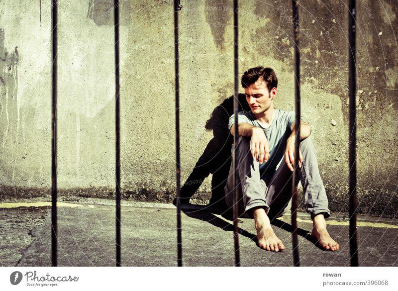NCH | hinter gitter Mensch Mann Jugendliche Einsamkeit Erwachsene Junger Mann dunkel kalt Wand Wärme Mauer Angst maskulin sitzen warten trist