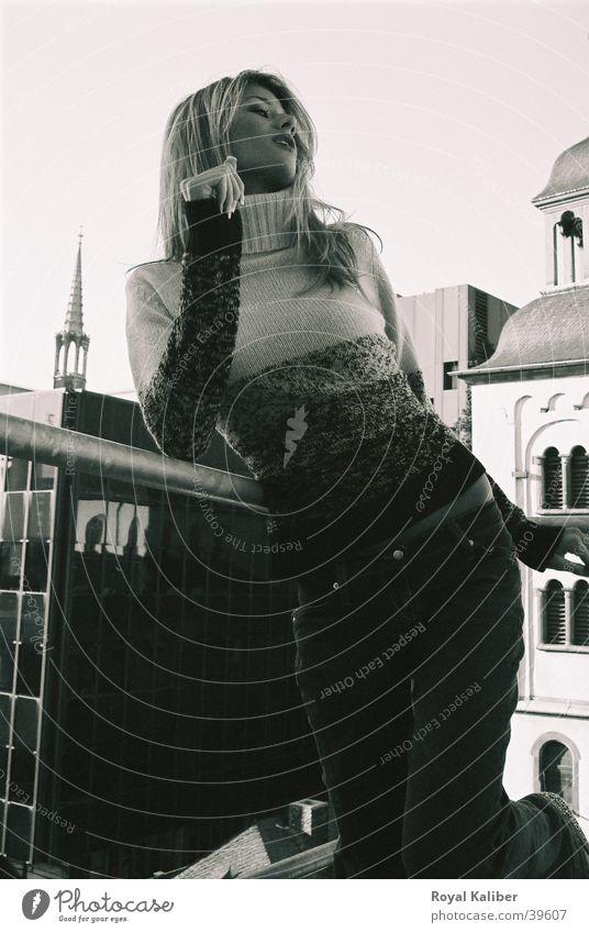 Über den Dächern Model losgelöst feminin Frau