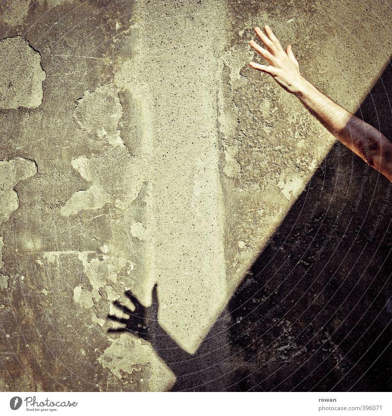 NCH   strecken Mensch Stadt Hand Wand Mauer maskulin Arme Beton Finger greifen winken strecken Erreichen Schattenspiel Betonwand Zement