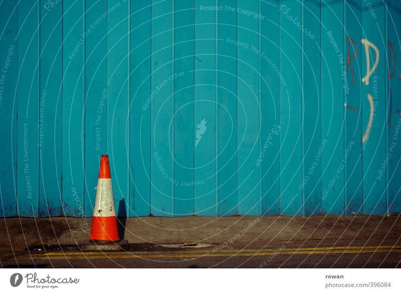 NCH | Kegel Fassade Tür blau Verkehrsleitkegel orange Tor Garage Garagentor Falte gefaltet Schilder & Markierungen Parkverbot Linie vertikal Reihe Symmetrie