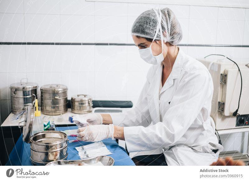 Geschützte Arzt Vorbereitung Gaze und Injektionen auf einem Tisch in einem Krankenhaus crotochisch Unterstützung Assistent Pflege Kaukasier Klinik Notfall Gerät