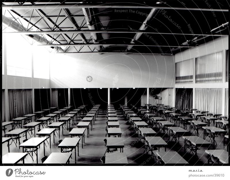 Aula Weitwinkel Tisch Fenster Lichteinfall Uhr Architektur Schule Schwarzweißfoto Perspektive Raum Lagerhalle Schulgebäude