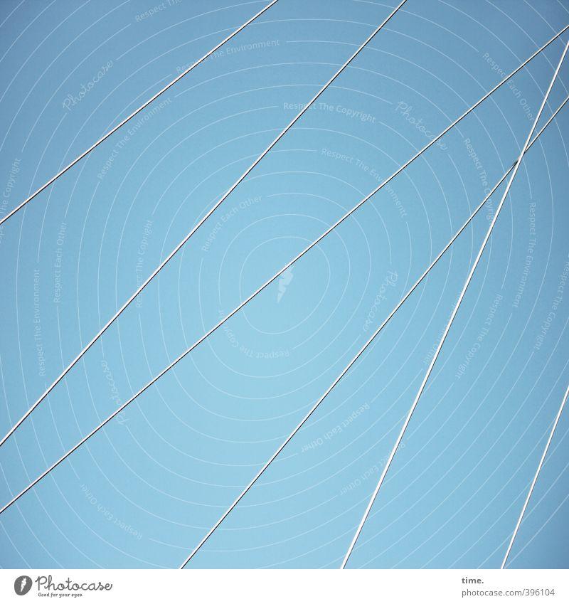 Raumgestalter Himmel Stahlkabel Drahtseil außergewöhnlich dünn elegant hoch modern stark Bewegung Design entdecken komplex Konzentration Problemlösung nackt