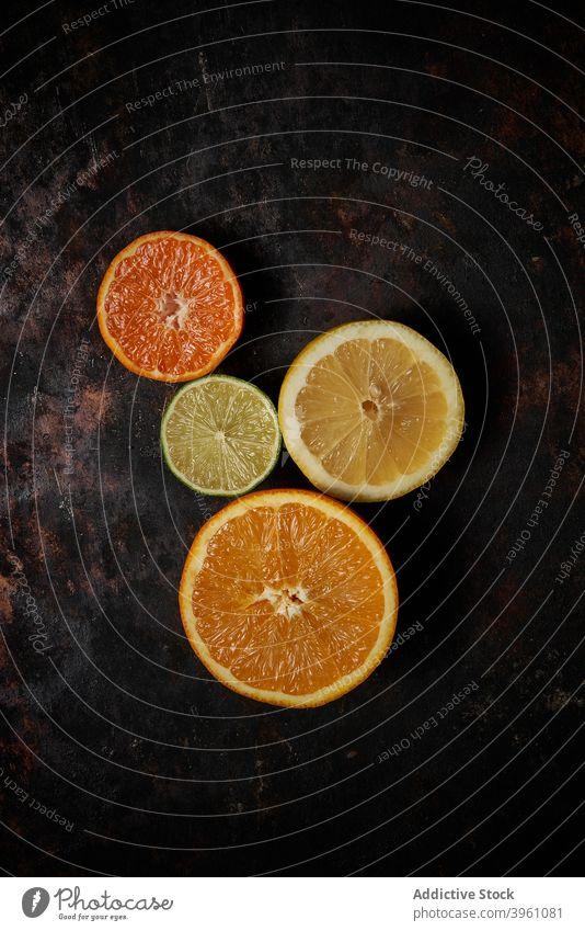 Draufsicht auf Orangen, Mandarinen und Zitrone Frucht Kalk Lebensmittel Zitrusfrüchte orange Gesundheit vereinzelt Saft grün frisch saftig Vitamin organisch