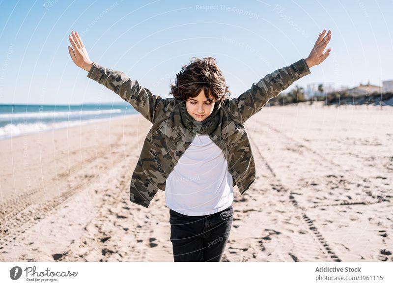 Porträt des Jungen zu Fuß am Strand im Winter Kind Mittelmeer mediterrane Kultur authentisch aktiv Pause Kinder Küste kalt Konzept genießen Familie Spaß