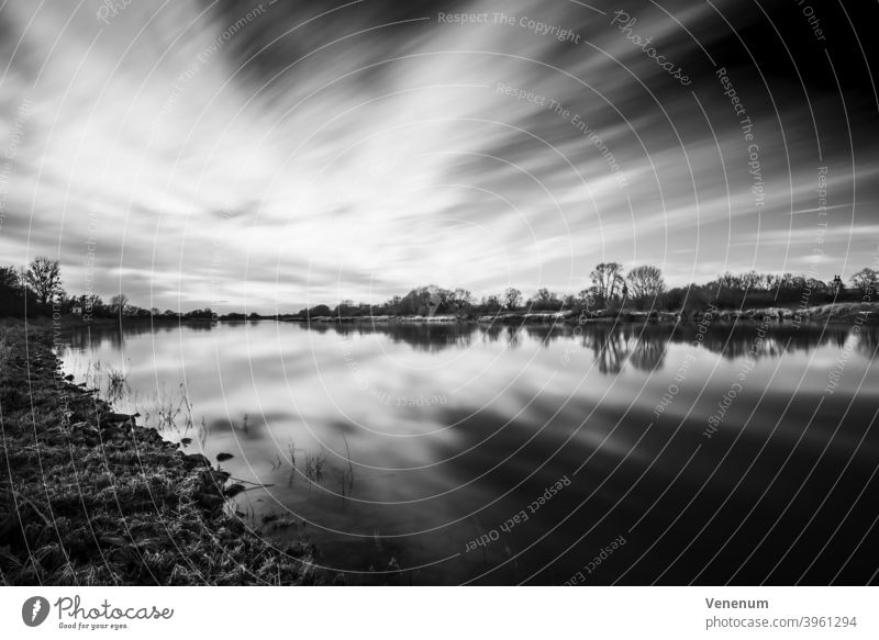 Langzeitbelichtung mit Blick über die Elbe Elblandschaft schwarz auf weiß Fluss Wasser Lutherstadt Wittenberg Ausblicke auf den Fluss Flusslandschaft Wolken