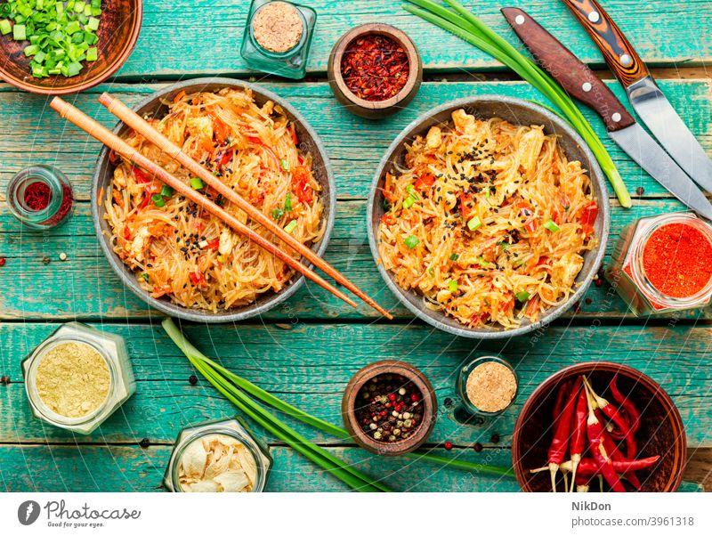 Funchoza oder Glasnudeln funchoza Nudel Chinesisch Fleisch Lebensmittel Chinesische Funchoza Spätzle Küche Essstäbchen asiatisch Abendessen Feinschmecker