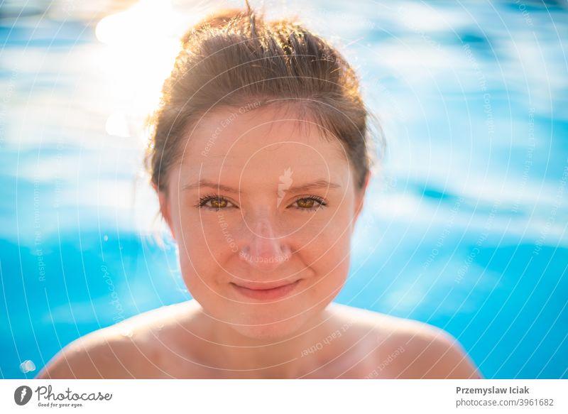 Junge Frau Porträt im Schwimmbad. Mode offen Spa Wasser Blick Person Mädchen authentisch Auge Sommer Gesicht Sonne Bikini Kaukasier schön Lifestyle Gesundheit