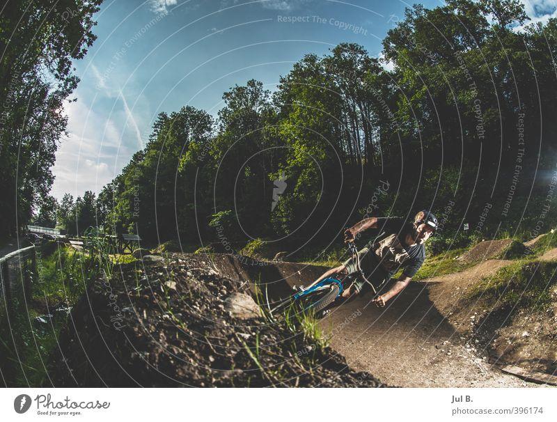 Dirt 5 Fahrradfahren maskulin Junger Mann Jugendliche Erwachsene Sport sportlich Coolness hell Farbfoto Außenaufnahme Abend