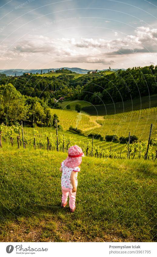 Baby schaut auf die Landschaft des Weinbergs Sommer Kind Natur offen ländlich Süden südländisch steiermark Weinberge Hügel Person Pflanze weinstraße Lifestyle