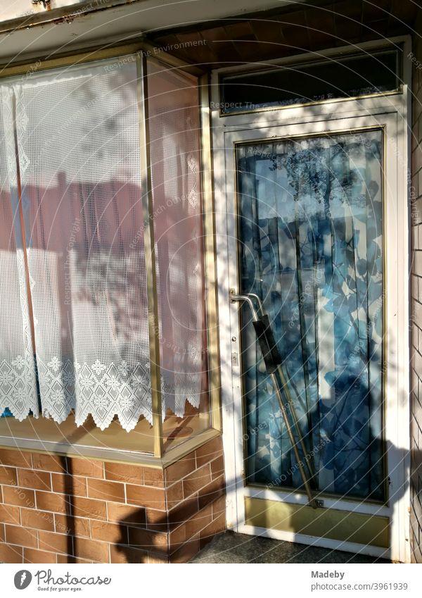 Geschlossenes Geschäft mit alter Klinkerfassade sowie spießigen Vorhängen und Gardinen im Sonnenschein in Lemgo bei Detmold in Ostwestfalen-Lippe Lade