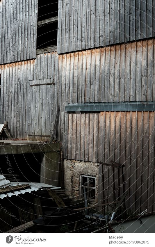 Rustikale alte Fassade aus braunem Holz eine alten Scheune auf einem Bauernhof in Rudersau bei Rottenbuch im Kreis Weilheim-Schongau in Oberbayern Braun Gehöft