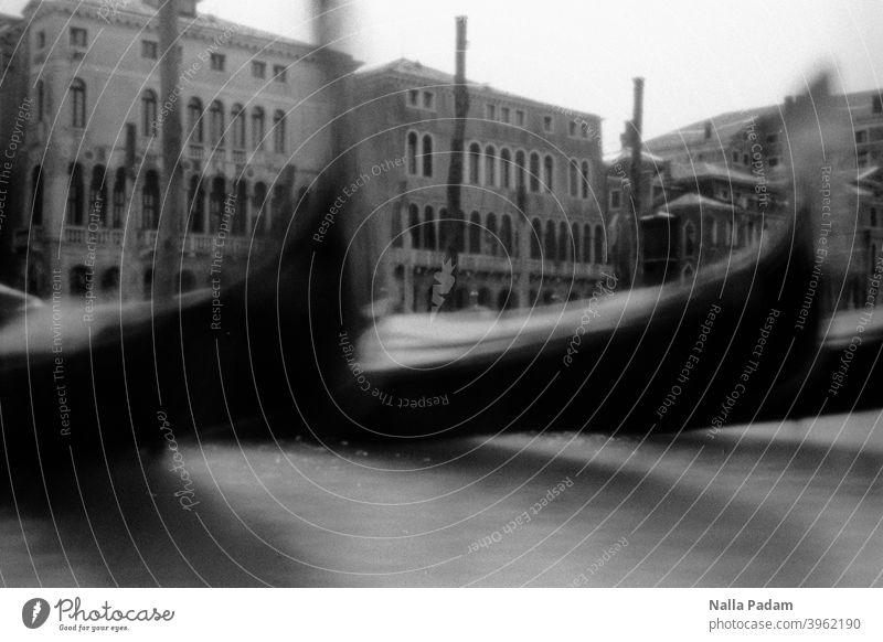 Venezianische Gondeln analog Analogfoto schwarzweiß Canale Grande Venedig Italien Bewegungsunschärfe